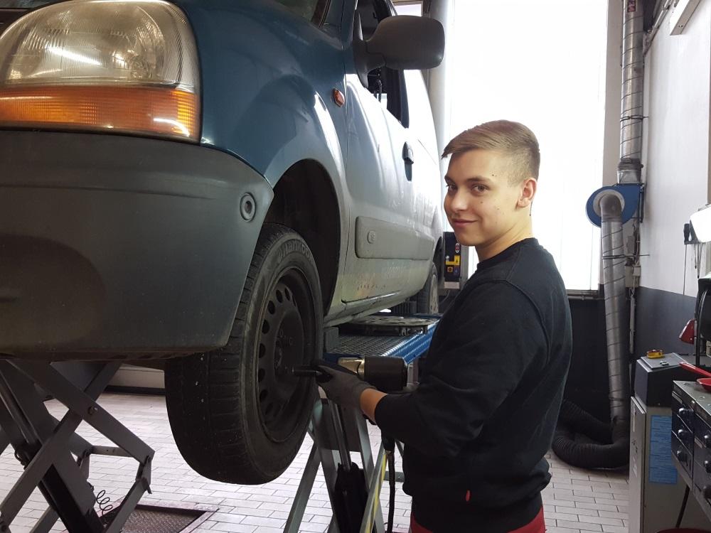 Azubi beim Reifenwechsel